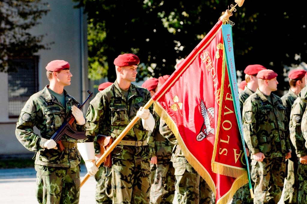 """O 5º Regimento de Forças Especiais """"Joseph Gabcik"""" recebeu o seu Estandarte Heráldico em 30 de Janeiro de 1997. (Foto de Mário Pazický via autor)"""