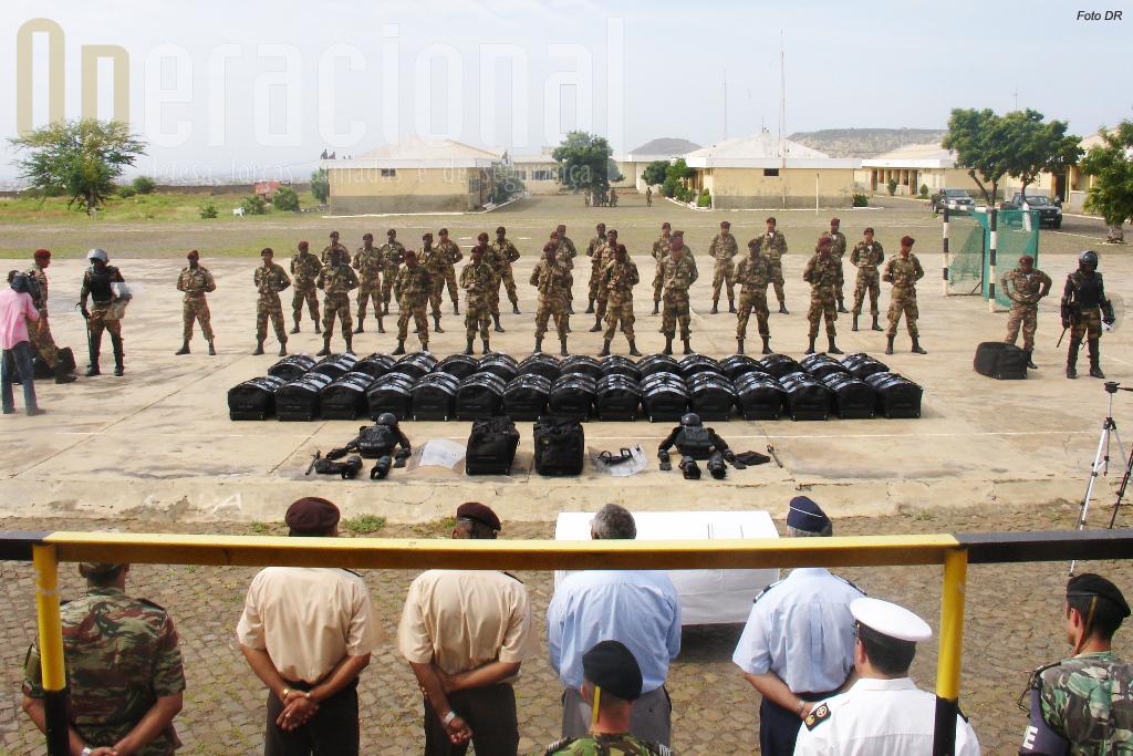 Cerimónia de entrega do material anti-motim na sede da 3ª Região Militar em Achada Limpa, Cidade da Praia