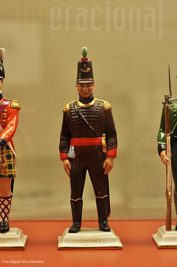 Muitos dos uniformes da época são apresentados em figuras de loiça de grande detalhe e perfeição