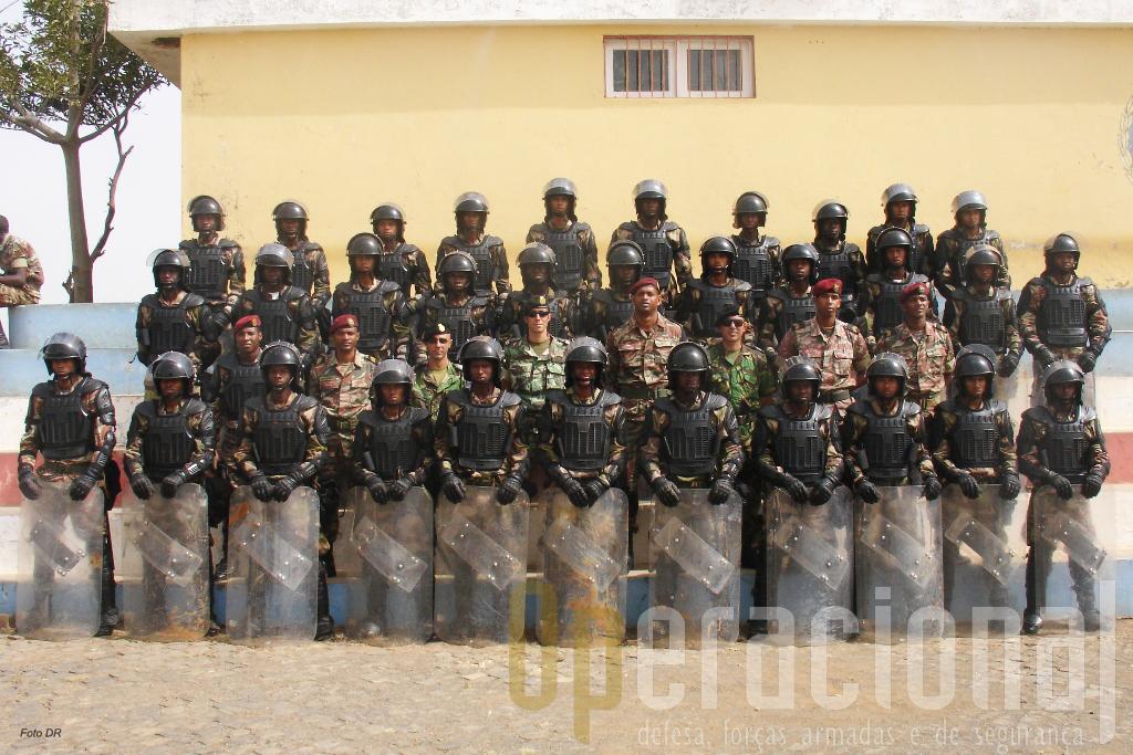 Mais uma capacidade foi alcançada pela Policia Militar de Cabo Verde. Foto de familia no encerramento do 1º CCT com os respectivos formadores.