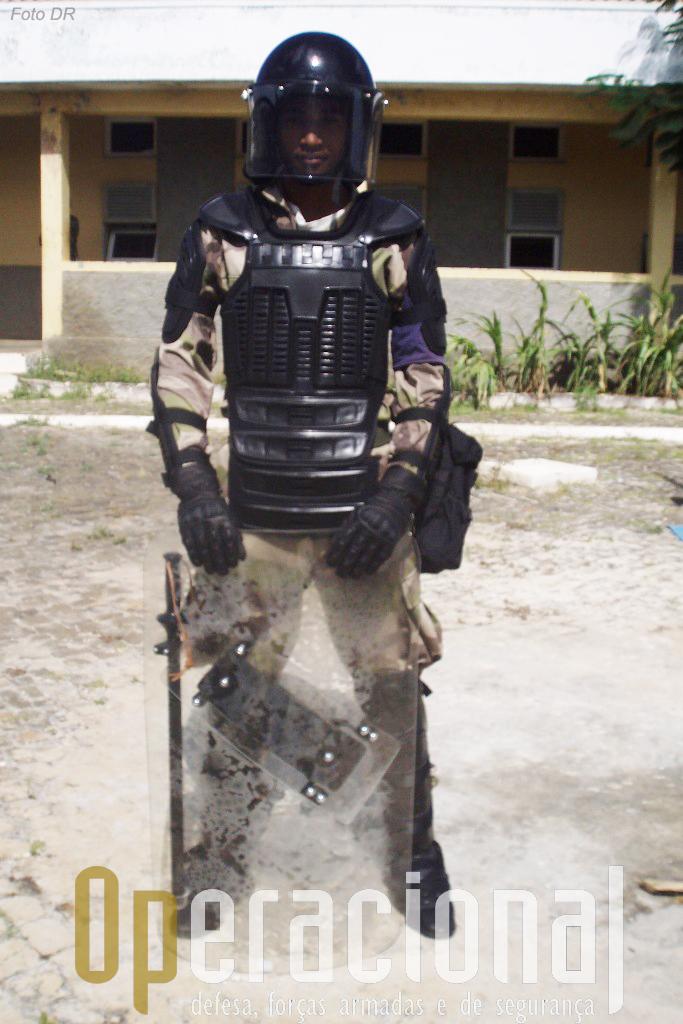 O equipamento anti-motim é igual ao usado pelos militares portugeuses nas missões de apoio à paz