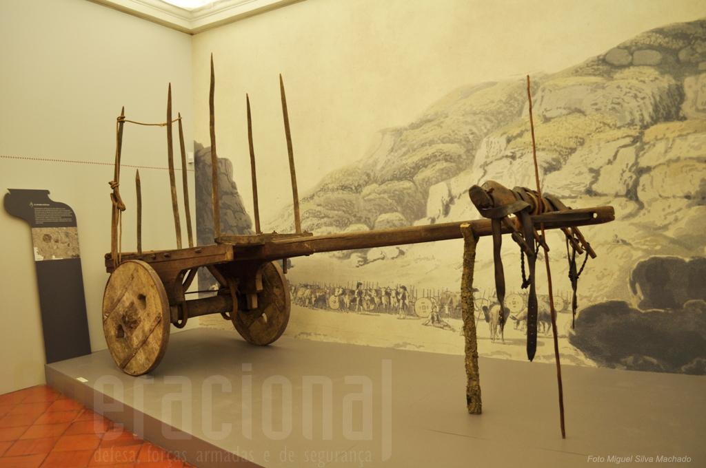 O carro de bois com eixo de pau, deslocava-se pelas estradas militares para transporte de munições, mantimentos, equipamentos e feridos.