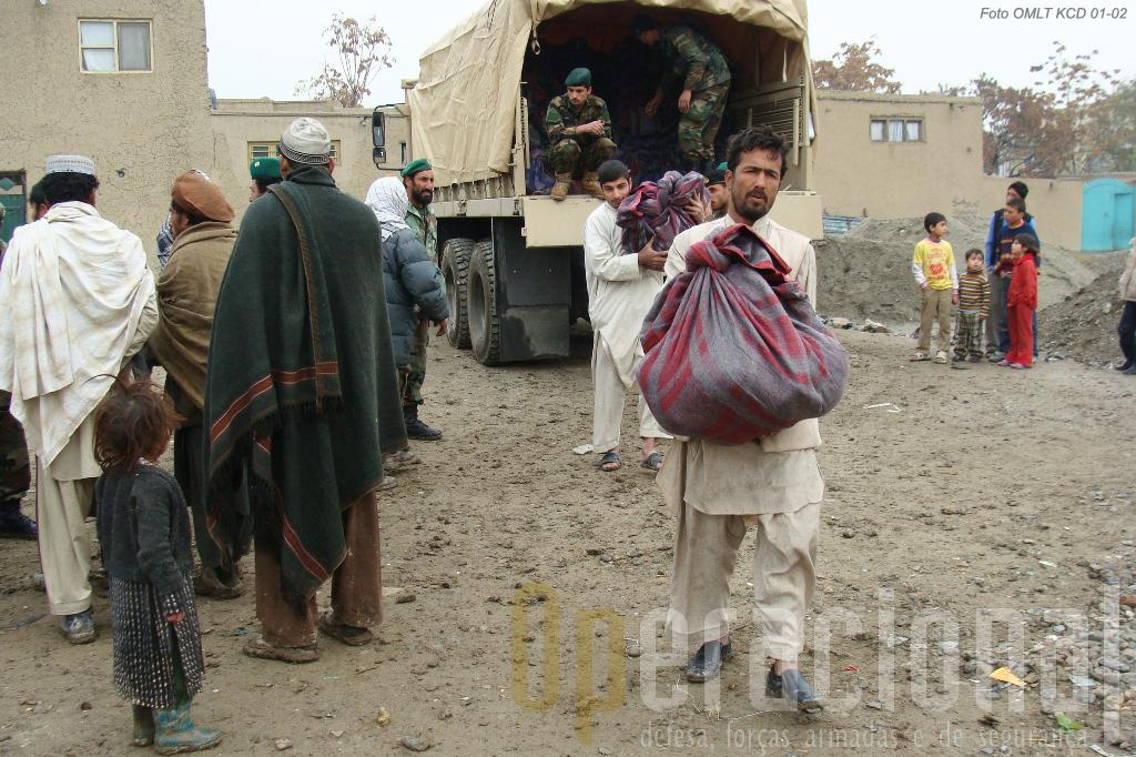 Militares e viaturas da Kabul Capital Division distribuem ajuda humanitária