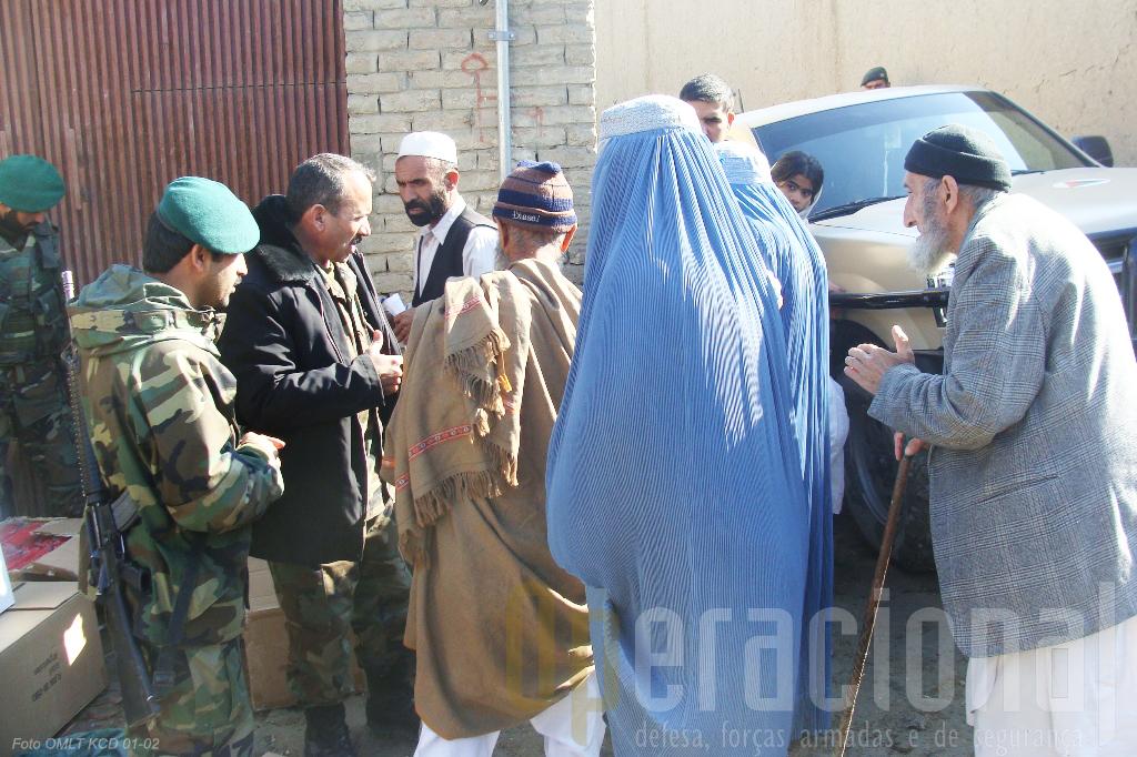 Os contactos do Exército Afegão com a população a quem conferem segurança são indispensáveis.
