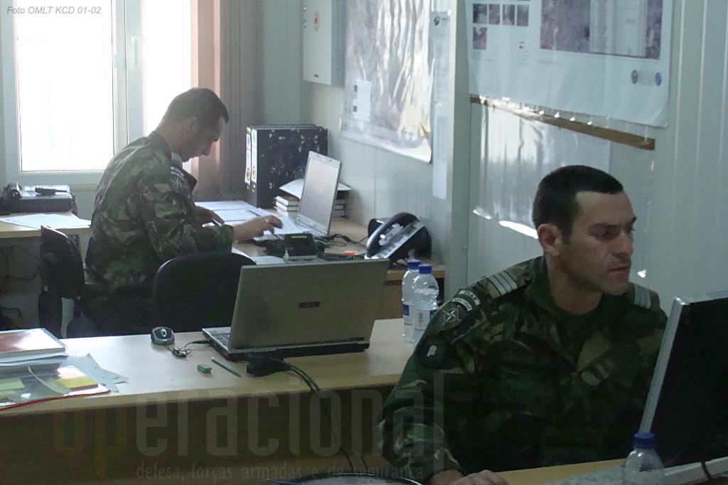 Os oficiais de Informações e de Assuntos Civis no seu local de trabalho em Cabul