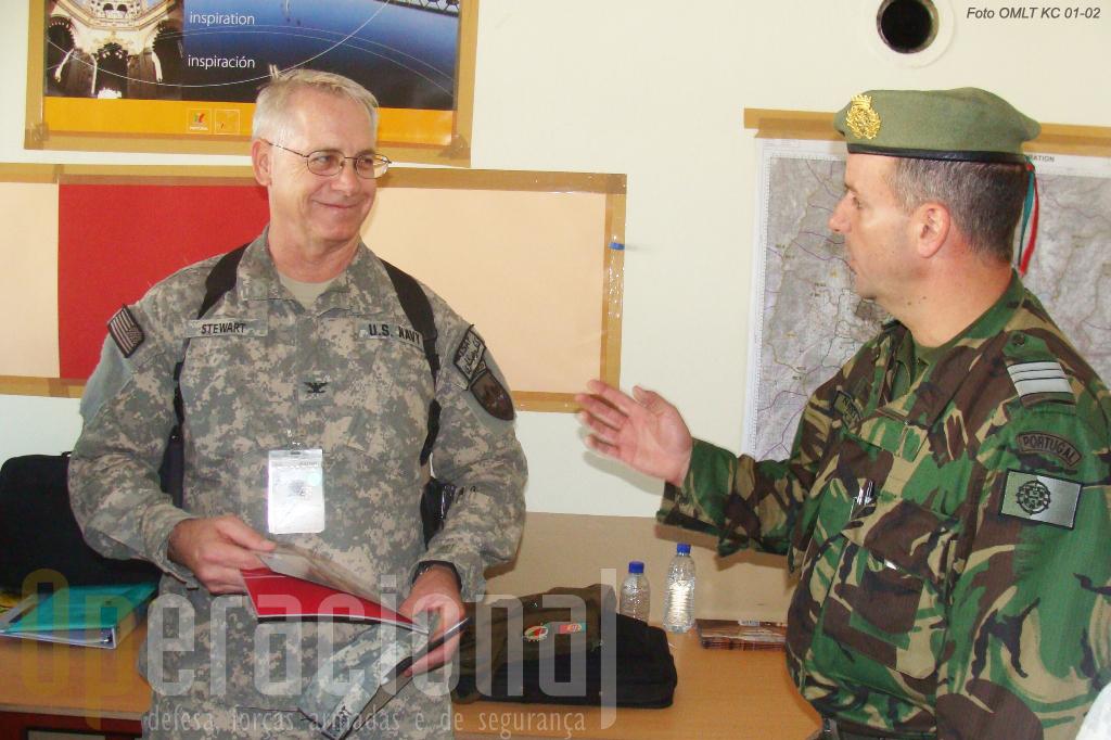 O oficial da Marinha dos EUA, 2º comandante da unidade que supervisa a actividade das OMLT e POMLT (Police Operational Mentor and Liaison Team) durante a avaliação que fez à unidade portuguesa
