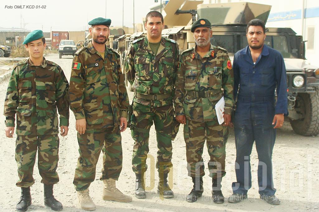 """Militar português no decurso da sua actividade na área da engenharia militar junto com oficiais e sargentos afegãos de um dos """"Kandak"""" (batalhões) da Kabul Capital Division."""