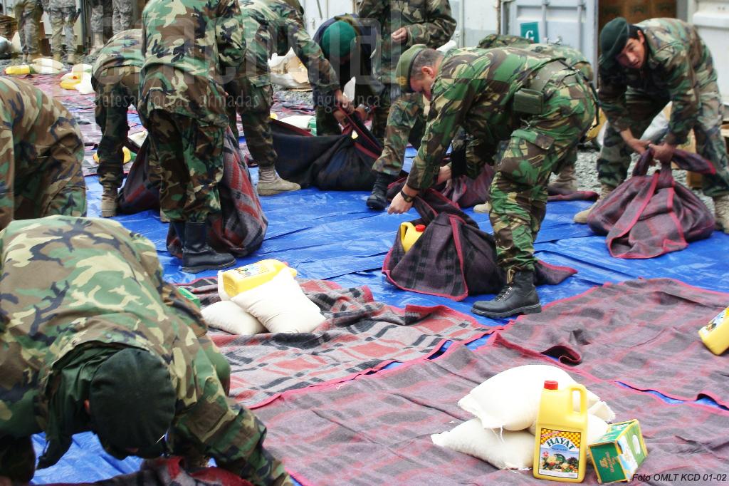 Militares afegãos e portugueses preparam uma acção de ajuda humanitária.