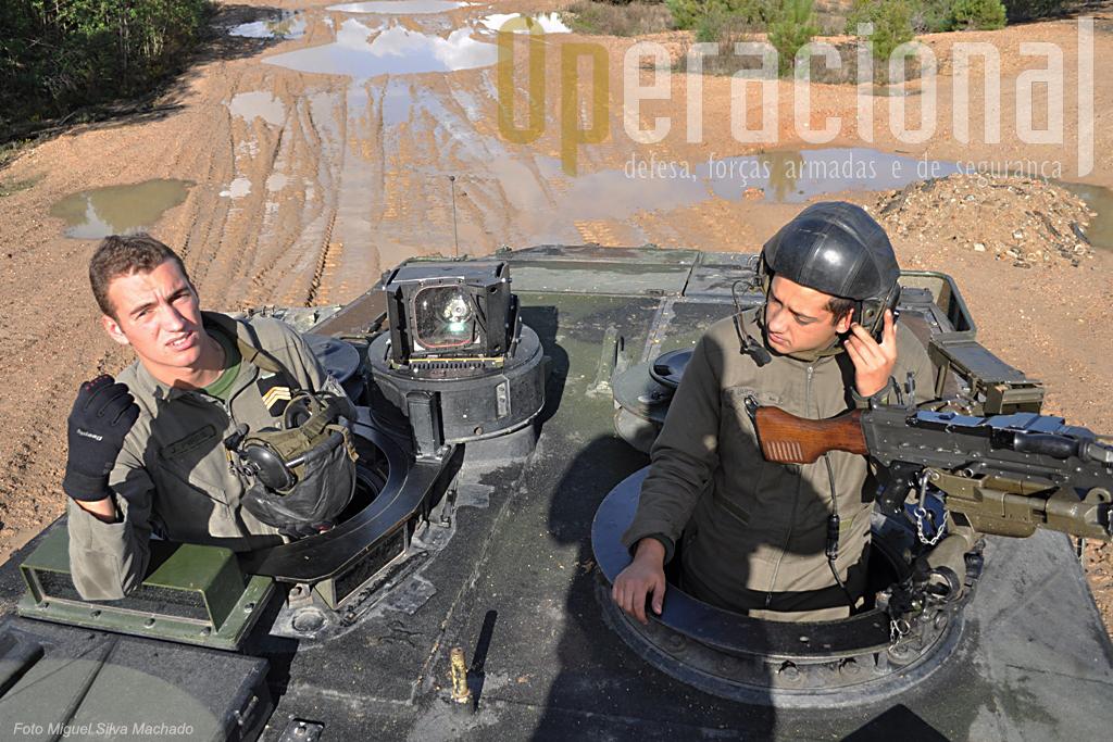 O municiador pode operar a FN MAg 7,62mm, da torre. Atrás do Sargento João Pires, o periscópio PERI que permite visão 360º.