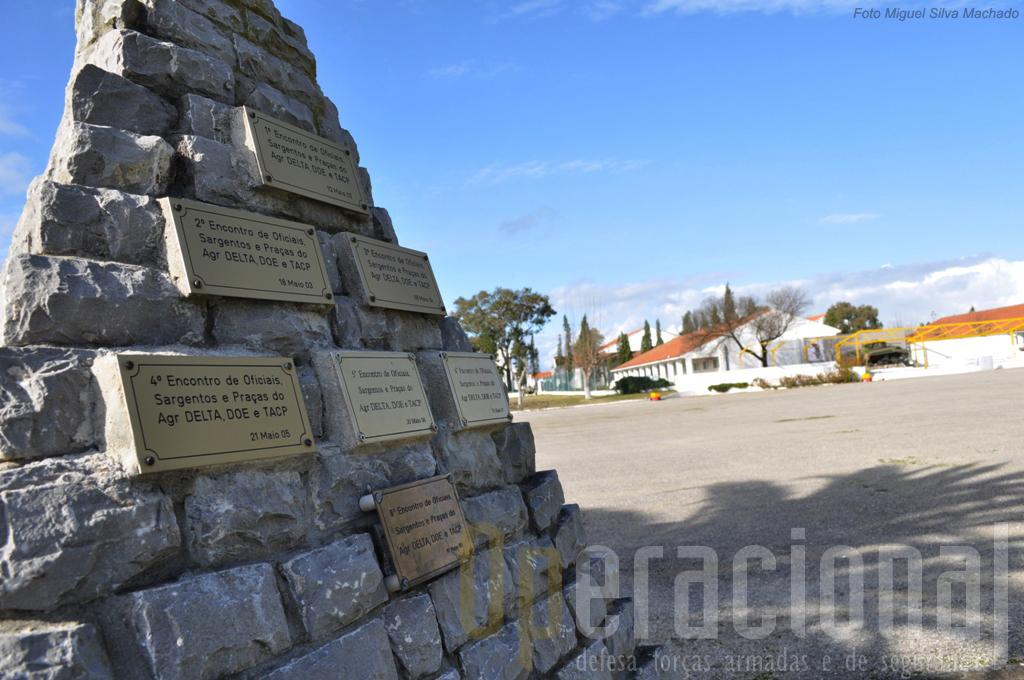 """Parada """"Cuamato"""", tendo ao fundo uma alusão a Mousinho de Albuquerque e em primeiro plano memorial ao Agrupamento Delta que serviu no Kosovo."""