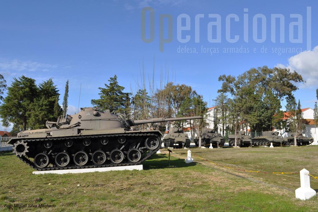"""O """"museu"""" ao ar-livre do Quartel da Cavalaria. Não será dificil advinhar qual o carro que em breve se juntará ao M48A5 em primeiro plano."""