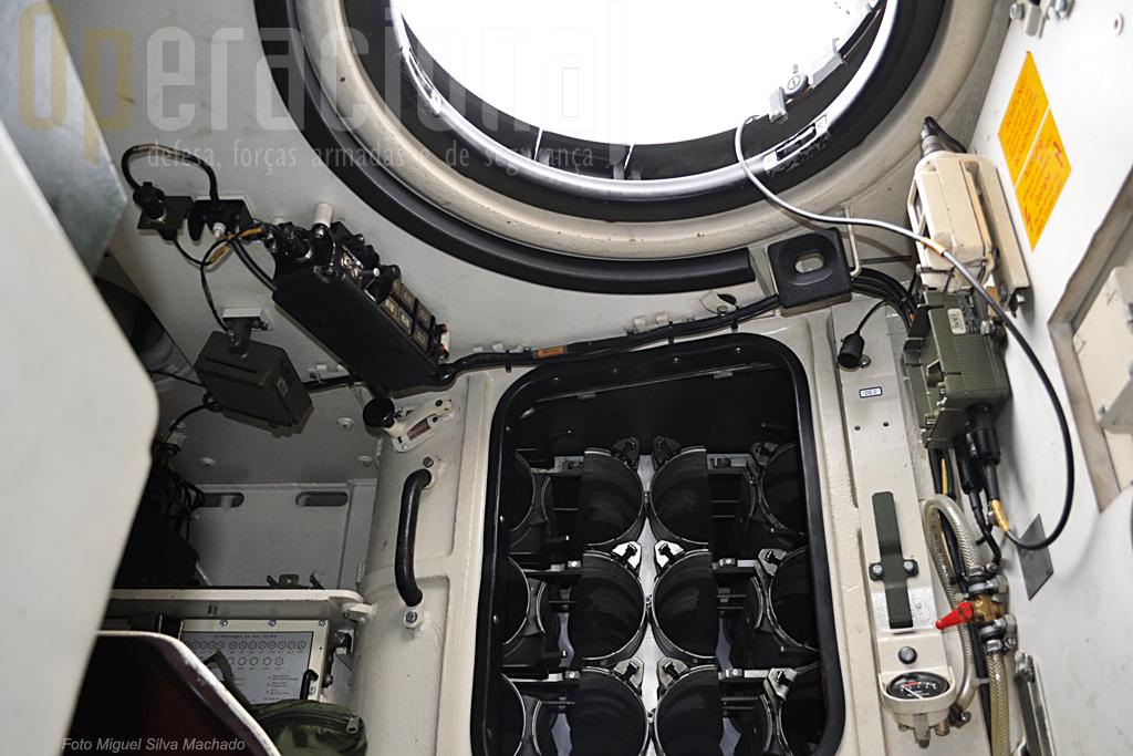 """O """"bunker"""" no posto do municiador transporta 15 munições. Outras 27 estão no casco, sem acesso directo, havendo que fazer uma pausa para a transferência."""