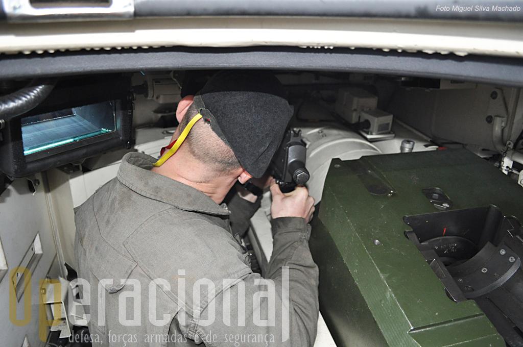 Colocação na metralhadora coaxial vendo-se à direita a peça 120.