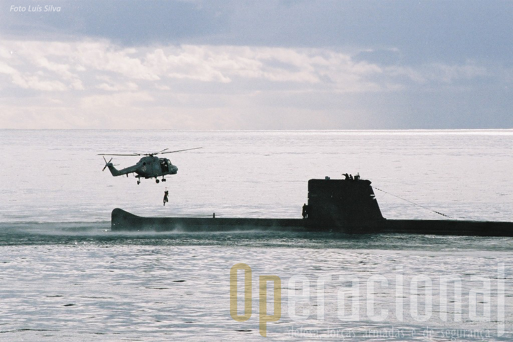"""A Marinha Portuguesa treinava frequentemente a inserção e/ou extração de forças de operações especiais e de mergulhadores, quer através do uso do helicóptero quer de botes ou mesmo ...""""simplesmente"""" a nadar."""