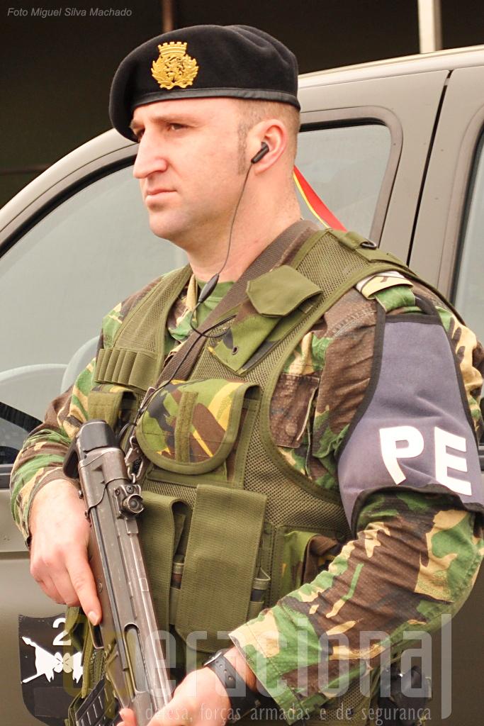 A nível do equipamento e armamento individual, com algumas excepções pontuais, a PE dispõe dos mesmos artigos que ainda são orgânicos no Exército