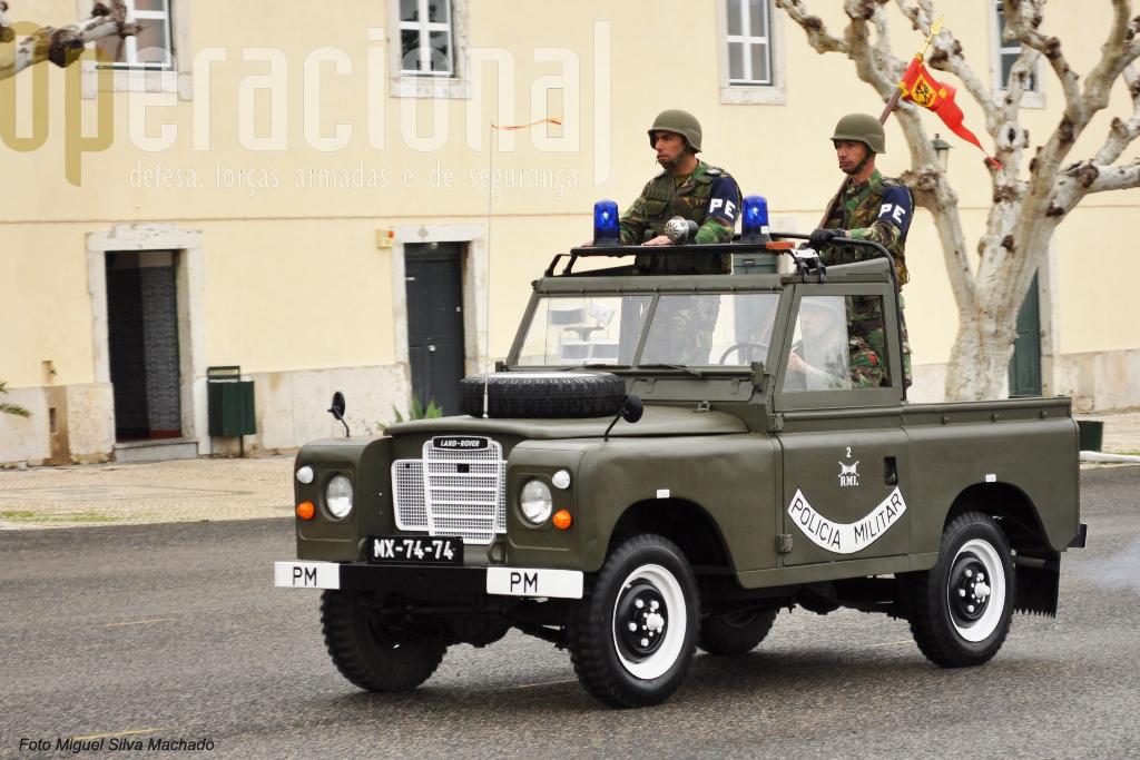 """O Land Rover série III usado pela Policia Militar em 1970 foi durante 3 meses recuperado por 6 militares e 1 civil da Secção de Manutenção e """"oferecido"""" ao Regimento. É mais um """"pequeno nada"""" que fortalece o espírito de corpo e ajuda a superar muitas impossibilidades."""