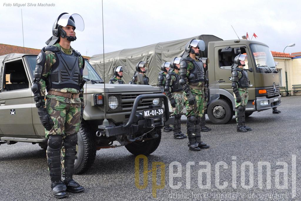 Uma Secção de Controlo de Tumultos, com equipamento semelhante ao que actualmente se usa nas missões exteriores