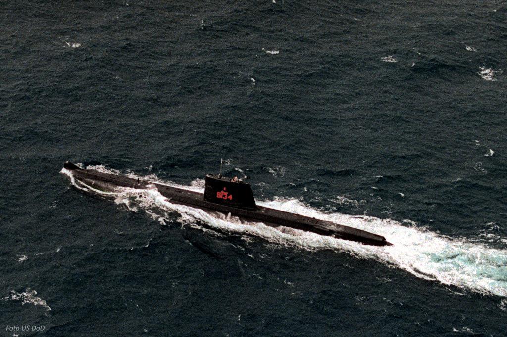 """O """"Ghazy"""", antigo NRP """"Cachalote"""", navegando em 1991 sob bandeira do Paquistão."""