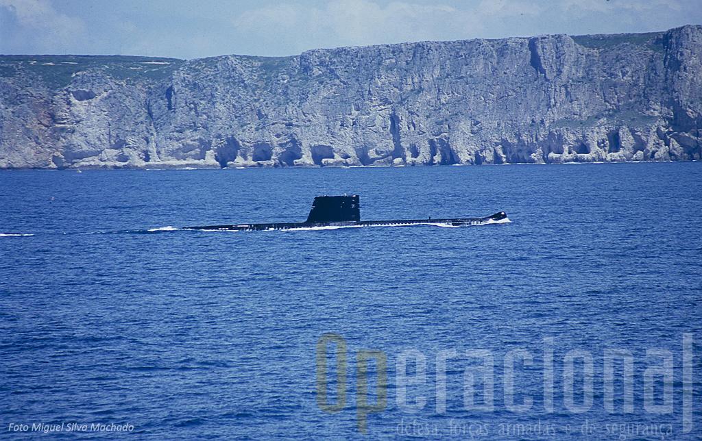 A capacidade de se aproximar discretamente a curtas distâncias da costa, de dia como de noite, confere ontem como hoje, importantes possibilidades operacionais ao submarino.