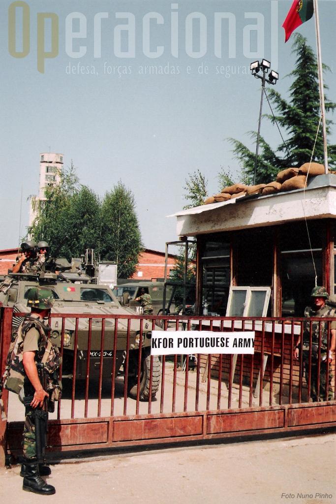"""""""Porta-de-Armas2 do quartel português de Klina, onde se encontrava a força portuguesa entre 1999 e 2001"""