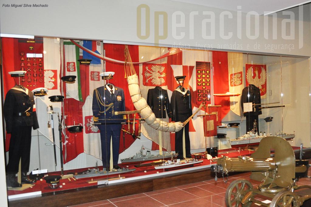 A Marinha está presente com uniformes e miniaturas de navios de supreficie e submarinos