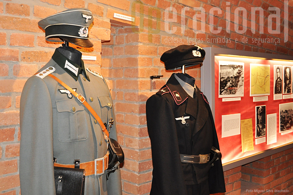 Os exércitos invasores, os seus uniformes, insignias e armamento equipamento também têm largo espaço no museu