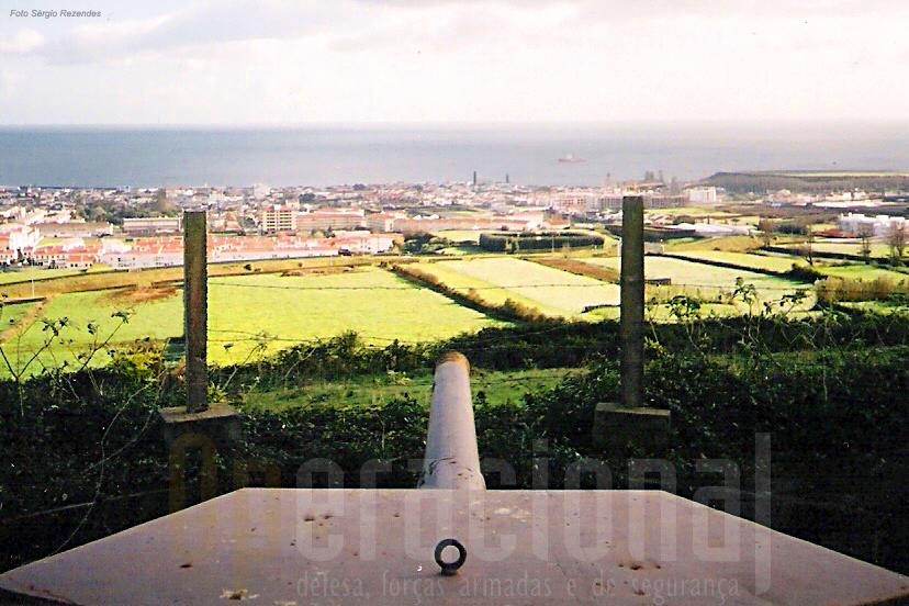 Ponta Delgada vista da Castanheira. Instalada para proteger a cidade, pode vir a ser um local de lazer e de cultura.