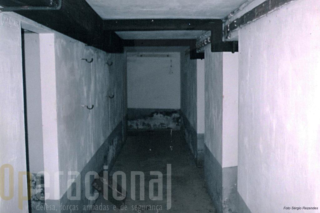 O interior, corredor de acesso às camaratas (à direita) e aos paiolins (à esquerda)