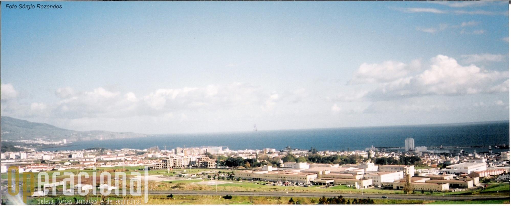 ...quer urbana quer rural, vendo Ponta Delgada de um ângulo que já foi secreto.