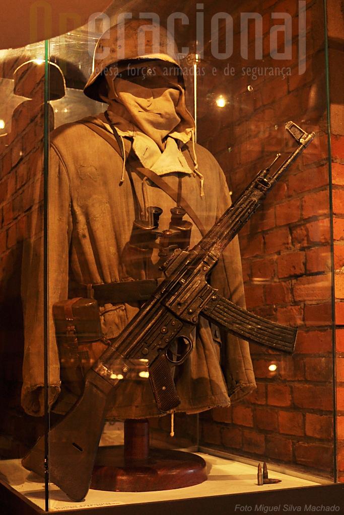 """Vários exemplares da famosa """"Sturmgewehr 44"""" estão expostas nos museus militares de Poznan"""