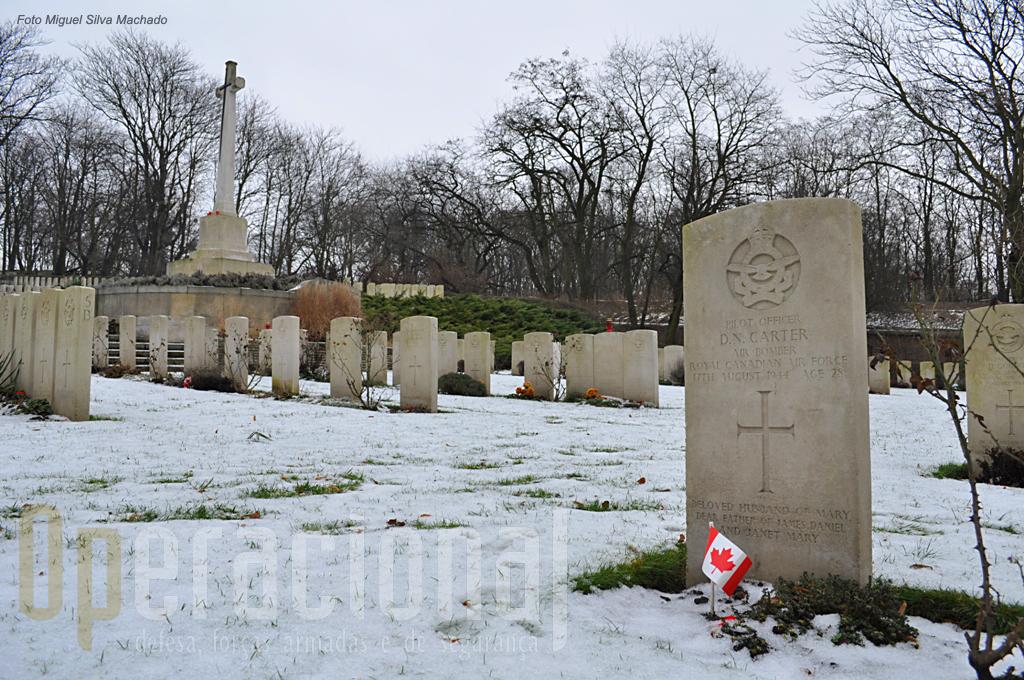 """Muitos aviadores Alados morreram voando sobre a Polónia e ali estão sepultados no cemitério da """"Commonwealth"""""""