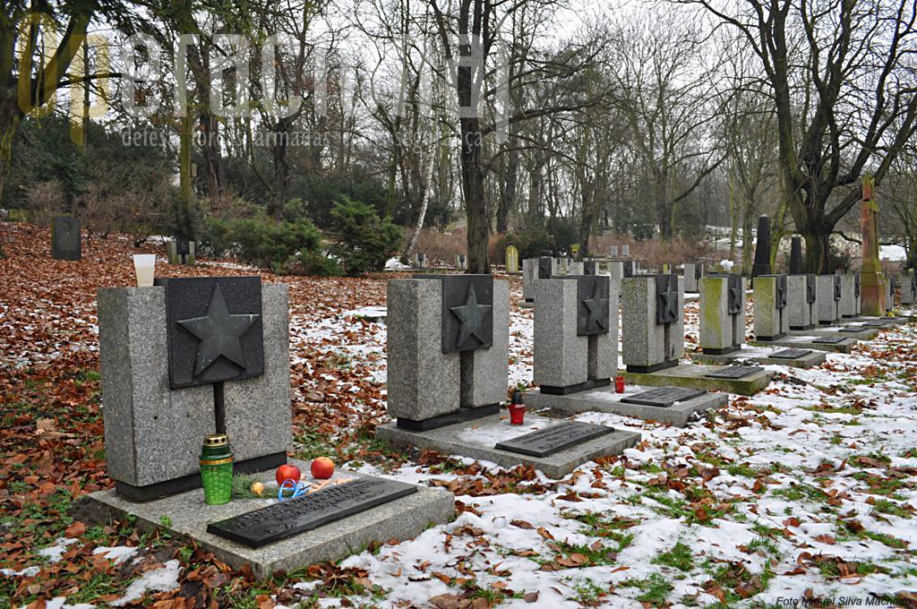 """Vários """"Heróis da União Soviética"""" oficiais como soldados e reposam no cemitério russo. Alguns são ainda hoje lembrados e homenageados. Em primeiro plao a campa do soldado """"da Guarda"""" Kirday, morto em 23/2/1945, na qual alguém, horas anes desta foto havia colocado alimento e bebida de acordo com a tradição ortodoxa."""