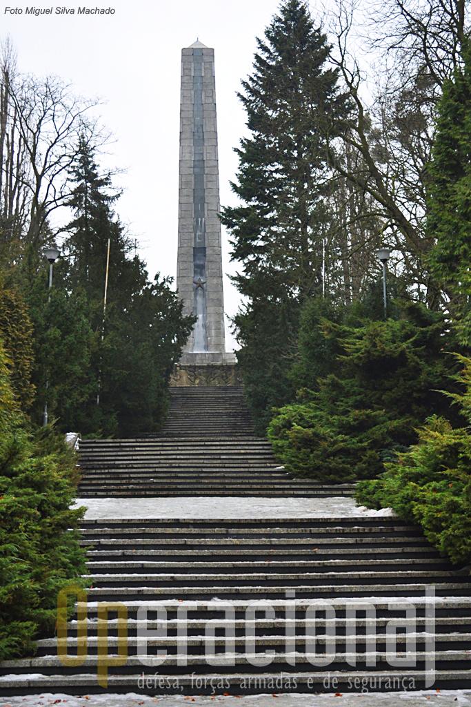 """A história é o que é, e apesar do """"apagamento"""" do comunismo na Polónia, a memória do esforço militar da URSS para expulsar os alemães continua a ser respeitado, pelo menos em alguns moumentos como este que domina os cemitérios militares da """"Cidadela""""."""