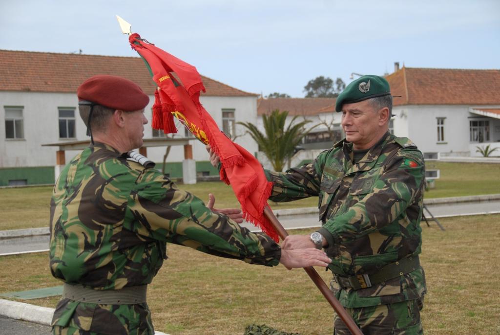 O Major-Genera Raúl Cunha, comandante da Brigada de Reacção Rápida fez a entrega dos estandartes nacionais ao Coronel Comando  Moura Pinto