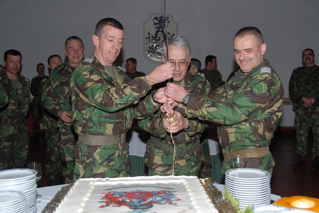 """As tradições são para se manterem! No final da cerimónia o Comandante das Forças Terrestres é """"auxiliado"""" pelos comandantes das forças expedicinárias a partir o bolo."""