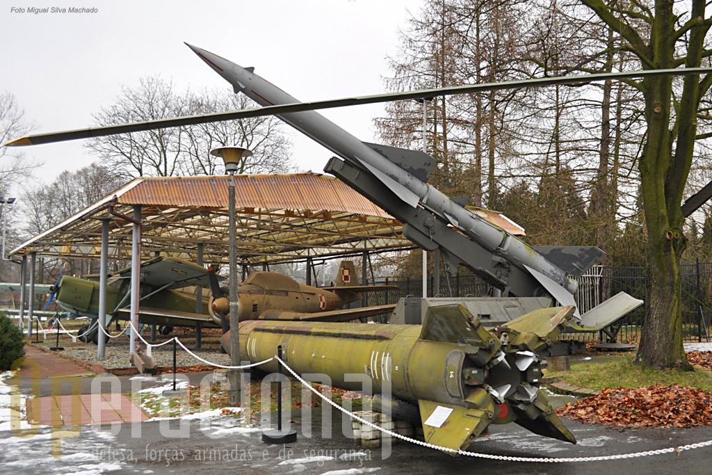 """Em primeiro plano um SS1C """"Scud"""", que tem um alcance de 300 km e pode transportar ogivas convencionais, quimica ou nucleares (5 a 80 kiloton) e esteve em serviço no Pacto de Varsóvia a partir de 1965. Em 2º plano um SA 2 anti -aéreo também usado pelo Pacto e um pouco por todo o mundo onde se fazia sentir a influência soviética."""