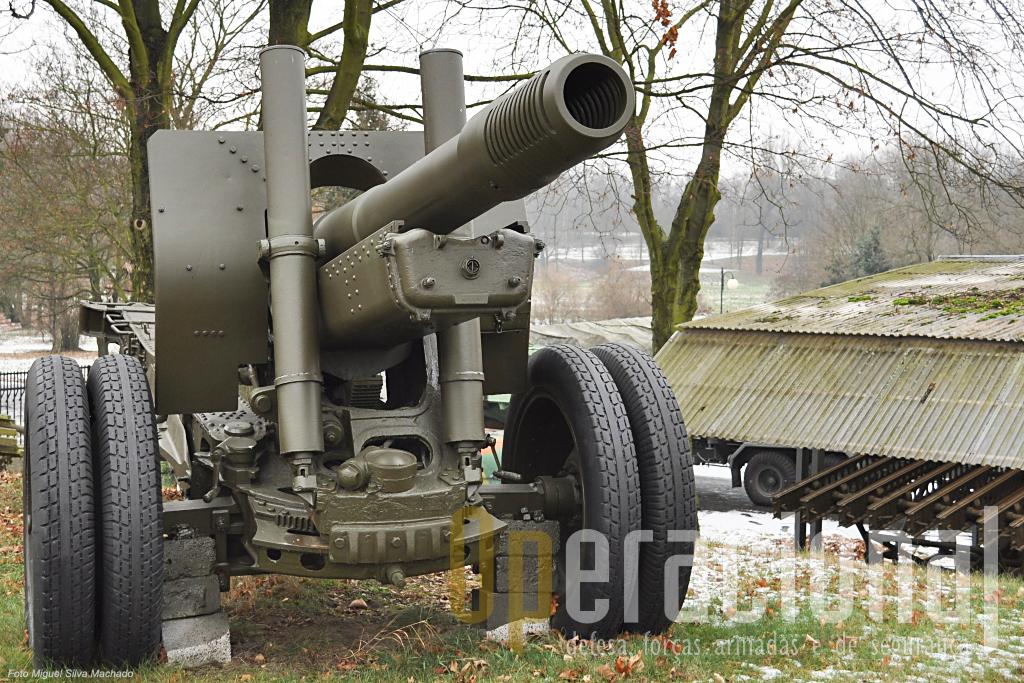 Esta peça de artilharia de campanha de 122mm m/1937 foi como se vê recentemente mantida apresentavel