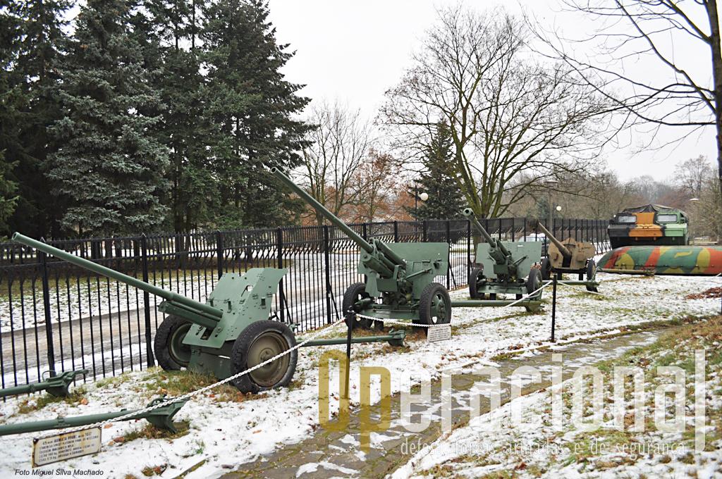 Conjunto de canhões anti-carro de pequeno calibre, arma muito usada na 2ª Guerra Mundial por todos os contentores