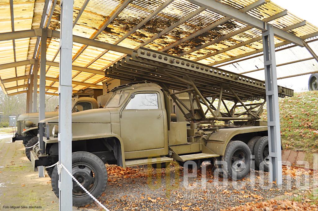 """O camião Studebaker de fabrico US equipado com o lançador de Katyushas, transformando-se o conjunto em BM-13N os chamados popularmente """"Órgãos de Estaline"""""""