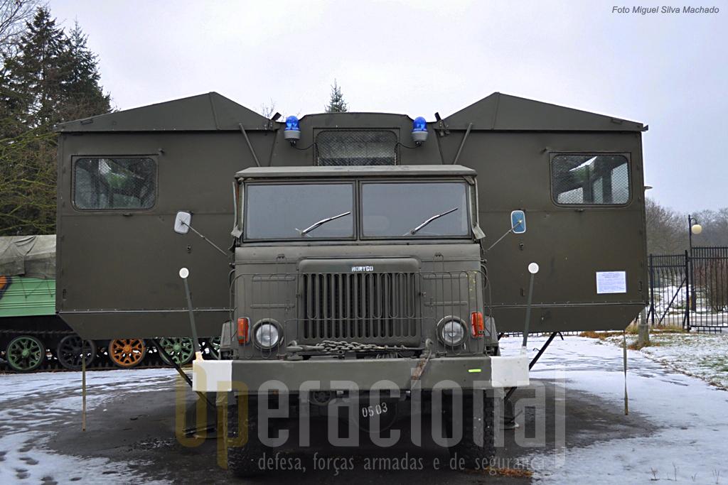 Dos va´rios veículos especiais expostos, na foto um hospital cirurgico de campanha