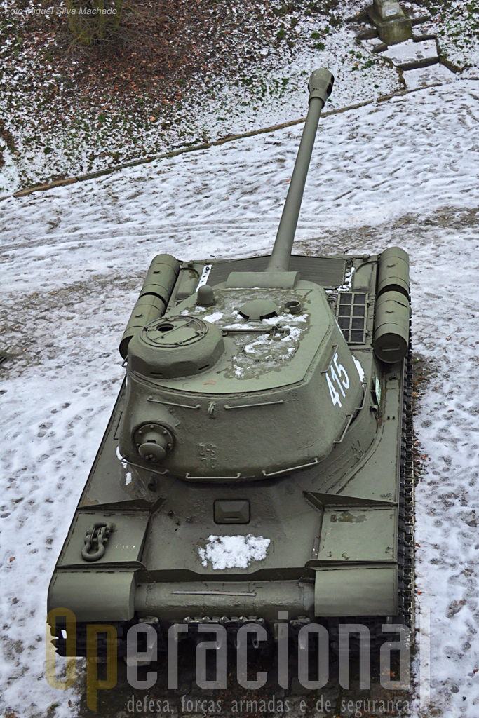 O IS - 2, aqui com a torre apontada para a retaguarda, notando-se a particularidade de dispor de uma metralhadora na parte posterior dessa torre.