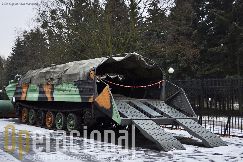 O veículo anfibio PTS-M que ainda hoje tem utilização militar e civil em terrenos inóspitos