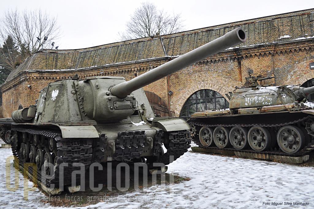 O ISU 122 tendo em 2º plano um T-55