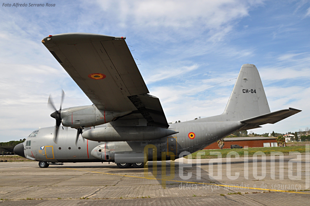 """C-130 belga em Tancos. Quatro C-130H da """"15th """"Wing Tactical Air Transport"""" estiveram entre nós e operaram a partir do AM 1 cumprimdo missões em vários pontos do país."""