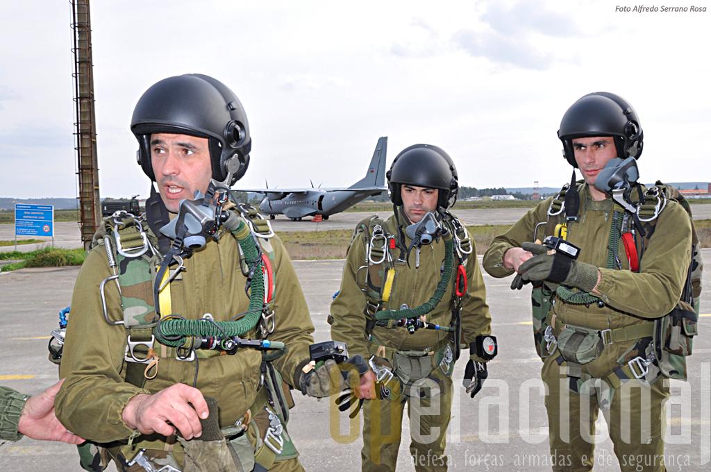 SaltadoresOperacionais a Grande Alitude (SOGA) da Companhia de Precursores do Batalhão Operacional Aeoterrestre da Brigada de Reacção Rápida, antes de mais um salto de treino em Tancos.
