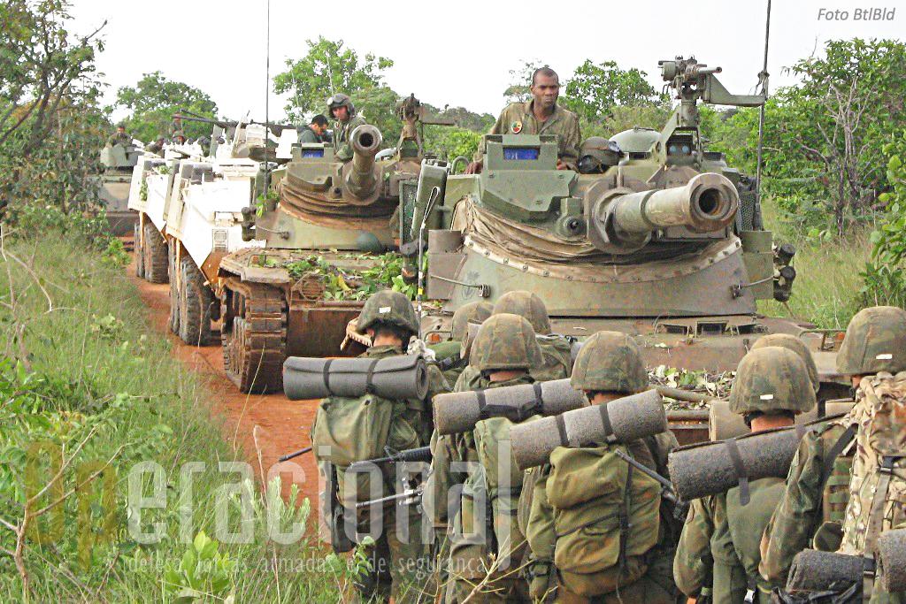 Coluna blindada dos Fuzileiros Navais do Brasil: Kurassier, Piranha e M-113 no decurso de um exercicio