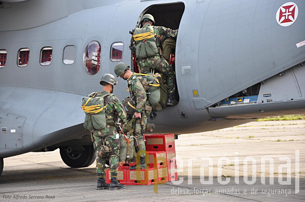 Os precursores portugueses embarcam no C-295M para efctuar uma salto automático armados e equipados para combate
