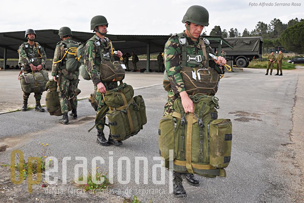 Além dos pára-quedas dorsal e ventral estes precursores portugueses transportam umas dezenas de quilos de armamento e equipamento para cumprir uma missão.