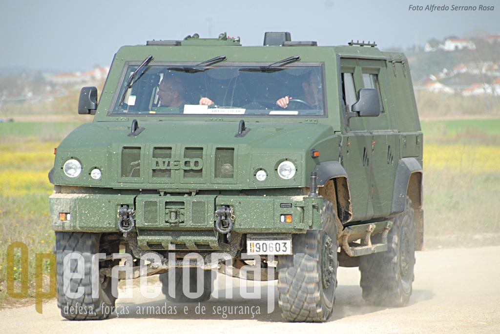 O destacamento da componente terrestre belga trouxe até Portugal algumas das suas viaturas blindadas de 4 rodas, aquelas que hoje estão em uso nos teatros de operações exteriores. Esta é uma IVECO AMV.