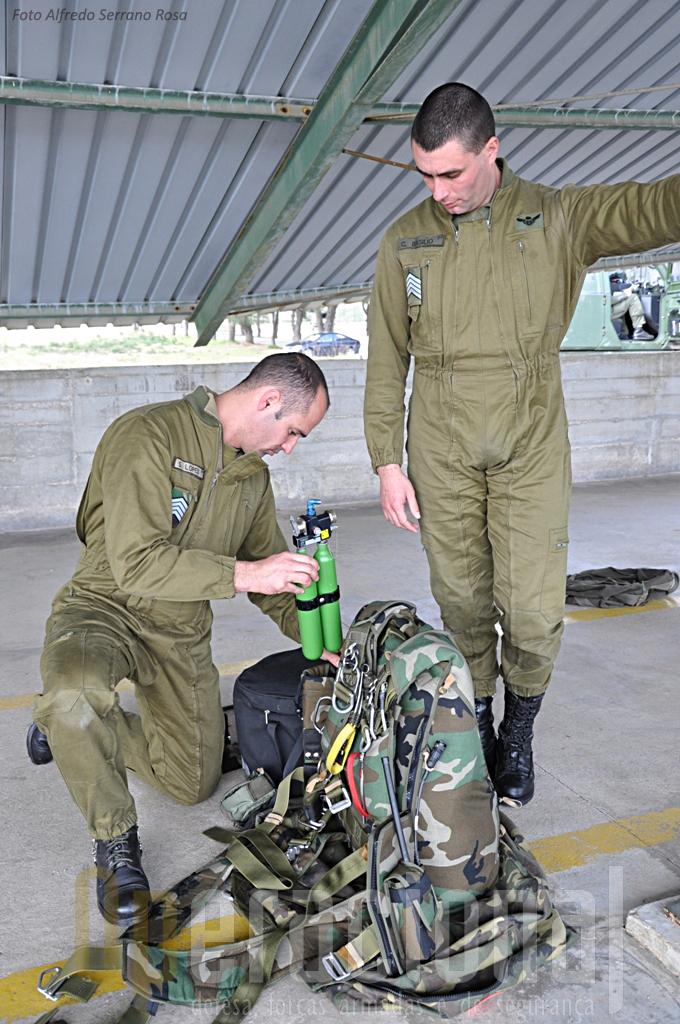 Além do conjunto do pára-quedas (aqui o SOV-3) estes SOGA também estão a preparar o equipamento individual de oxigénio portátil.